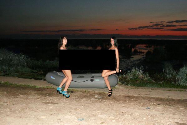 Девки, лодка, два весла