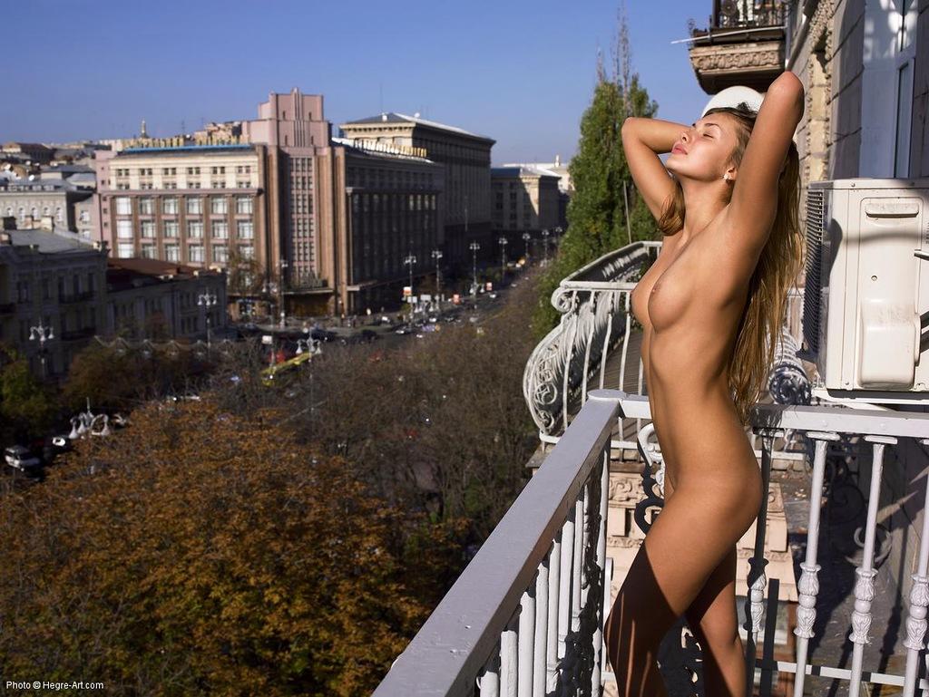Голая Девчонка На Балконе