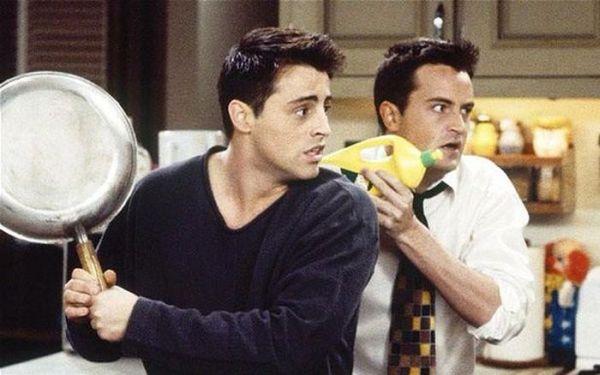 Чендлер Бинг (Мэттью Перри) и Джоуи Триббиани (Мэтт Леблан) из сериала «Друзья» тогда и сейчас