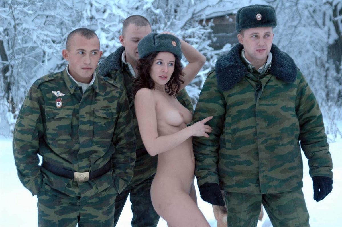 Солдаты дрочат член в казарме 19 фотография