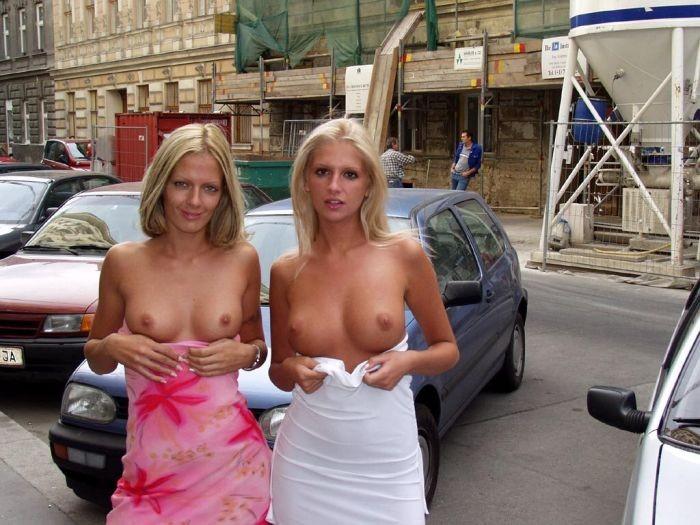 Показывают сиськи на улице фото