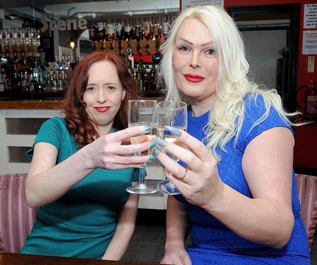Здоровенная блондинка-транс ходит по барам с бывшей женой в поисках идеального мужика