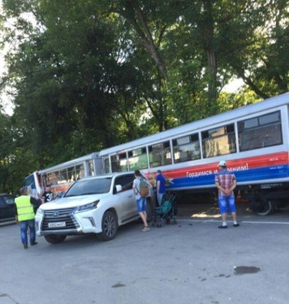 Детский паровозик изрядно потрепал внедорожник Lexus
