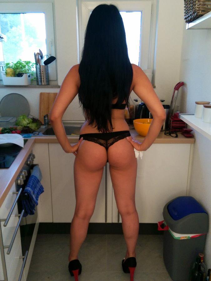 Женщина на кухне всегда смотрится гармонично
