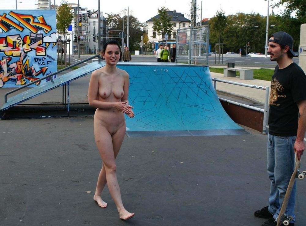 фото голых теток в общественных местах