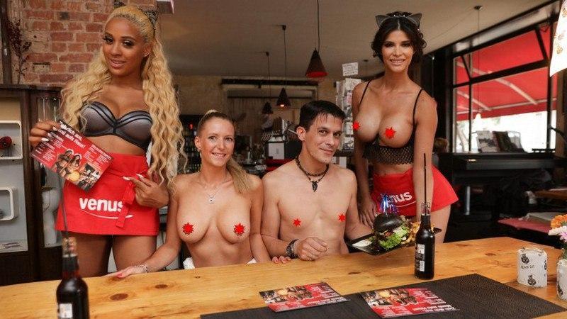 Официантка обслуживает голая — 14