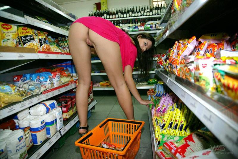 моим девушка в купальнике в магазине порно иностранных