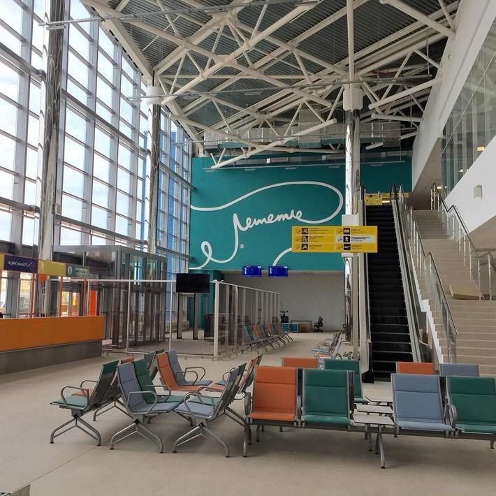 На стене нового терминала Волгоградского аэропорта разглядели пенис