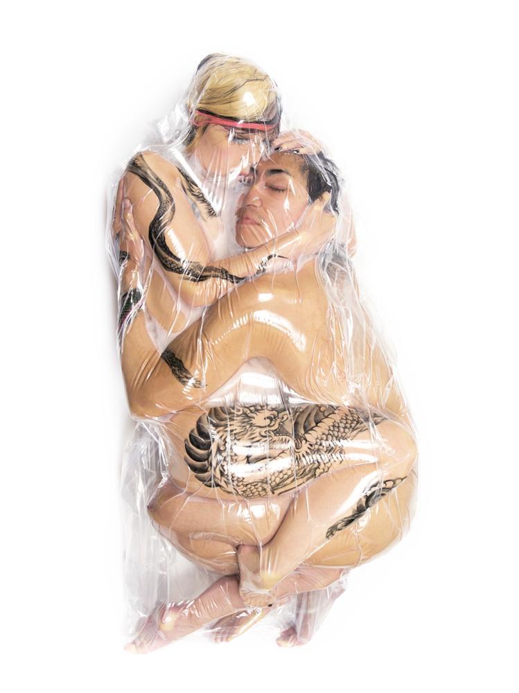 Новая мода в Токио: фото пар в вакуумной упаковке