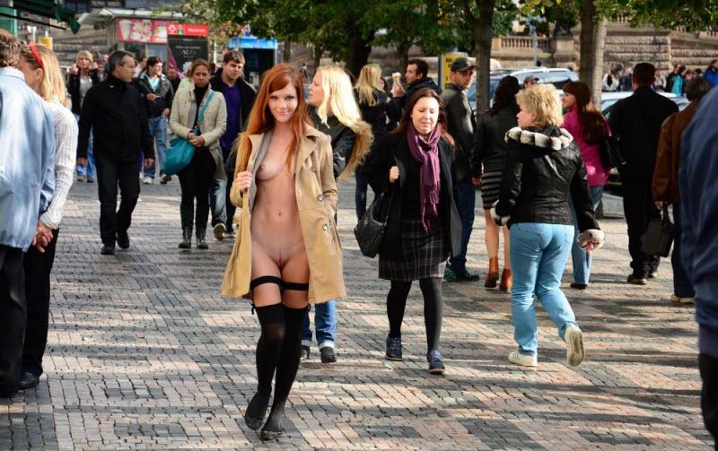 Раскованные девицы без трусов
