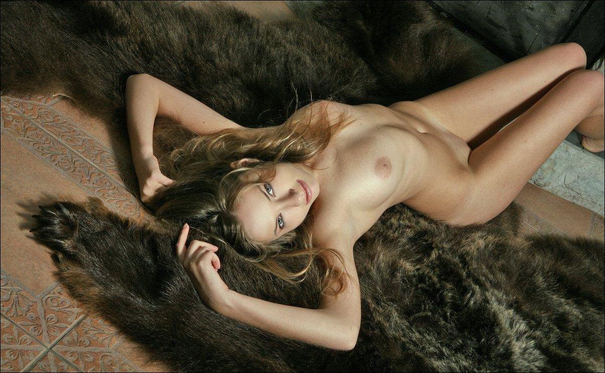 было секс на медвежьей шкуре порно фото вылизала член