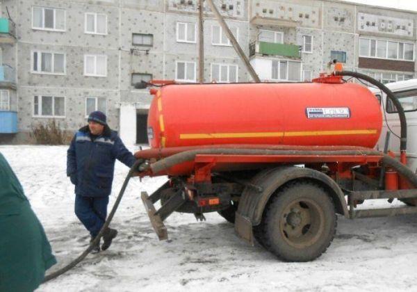 Жители Омской области набирают воду из ассенизаторской машины