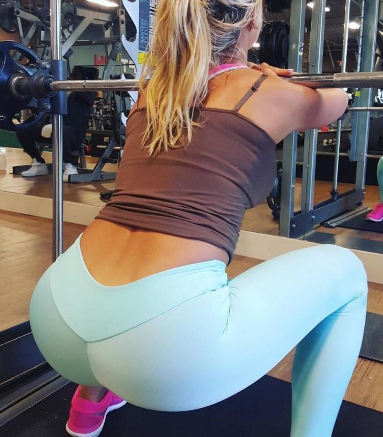 Стройные девчонки в спортивных штанишках