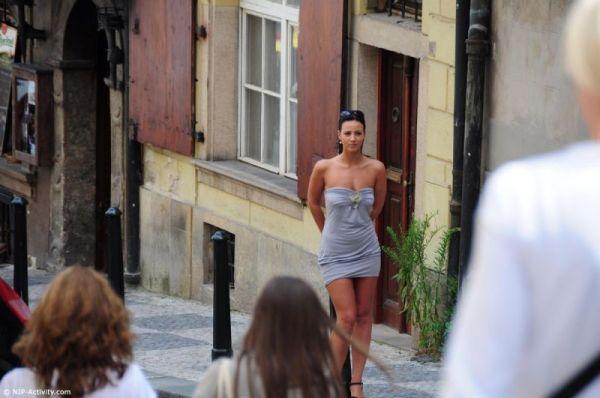 Когда проспорила и пришлось идти голой по улице