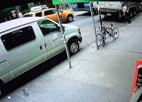Ппрохожий украл 40 кг золота из бронированного грузовика