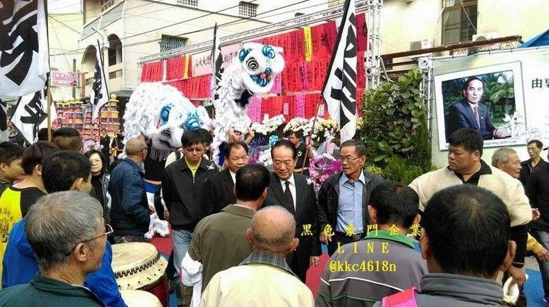 Сын тайваньского чиновника нанял на похороны отца полсотни стриптизерш