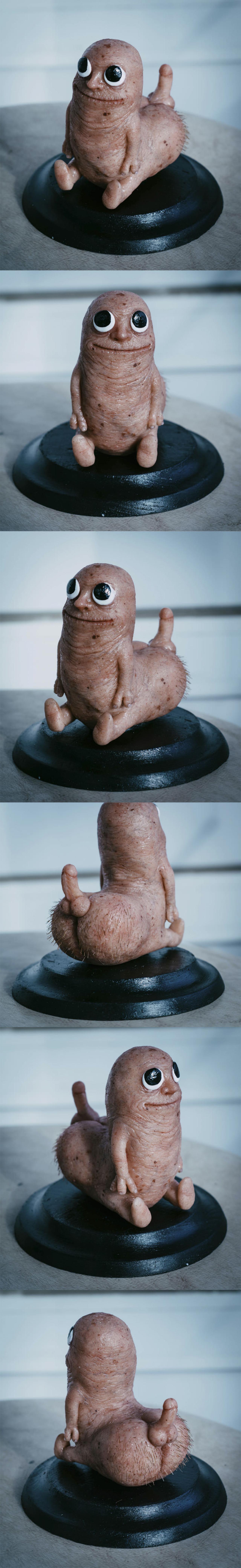 Ничего необычного, это просто фотореалистичная скульптура Жопочлена, проходите мимо...