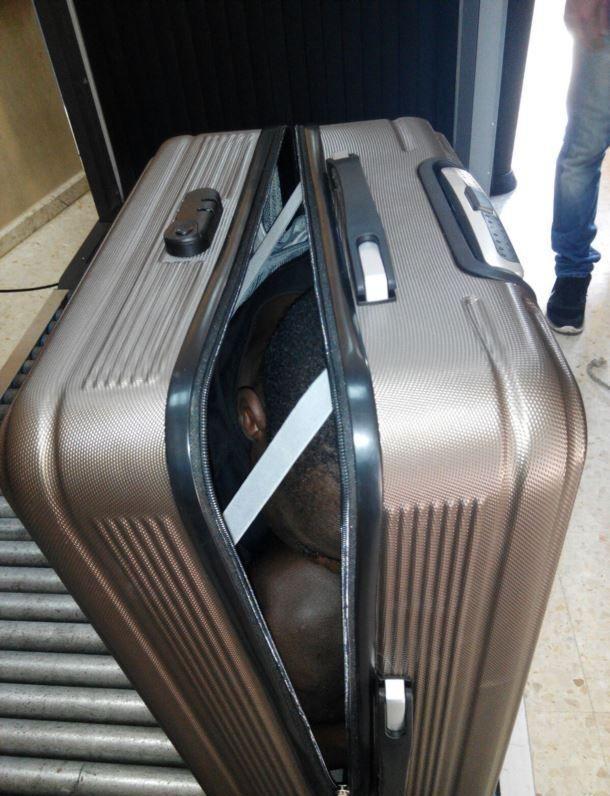 Беженца пытались провезти в Испанию упакованным в чемодан