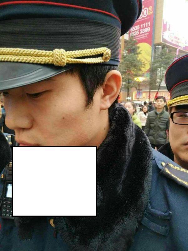 Торговка конфетами воткнула леденец в горло полицейскому