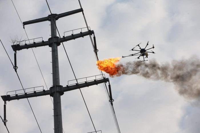 Китайская энергетическая компания начала использовать дроны, чтобы сжигать мусор застрявший в проводах