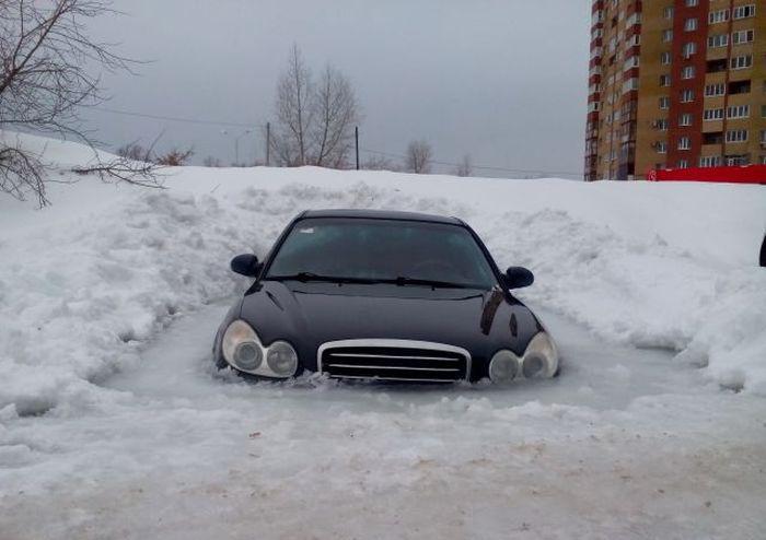 В Уфе Hyundai Sonata вмерз в лед