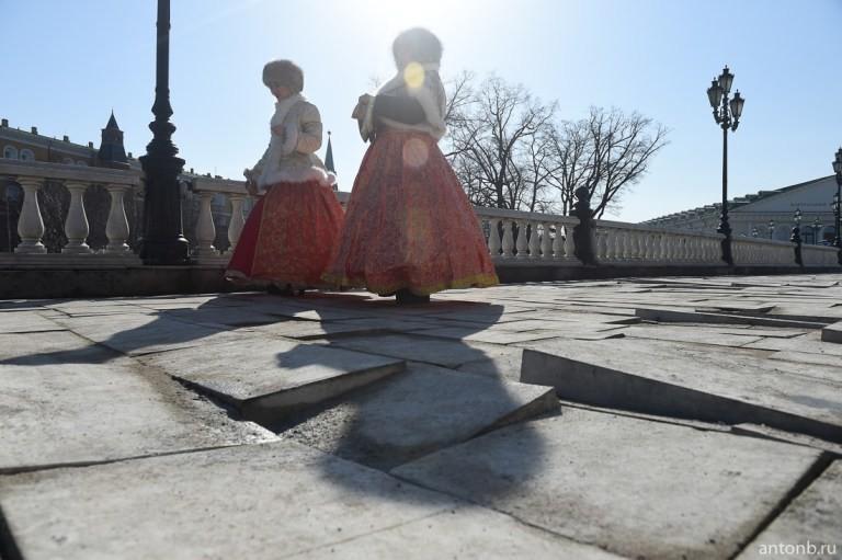После зимы на Манежной площади «поехала» плитка