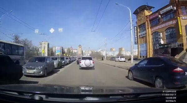 Бабка перебежала дорогу, а людям машину ремонтировать