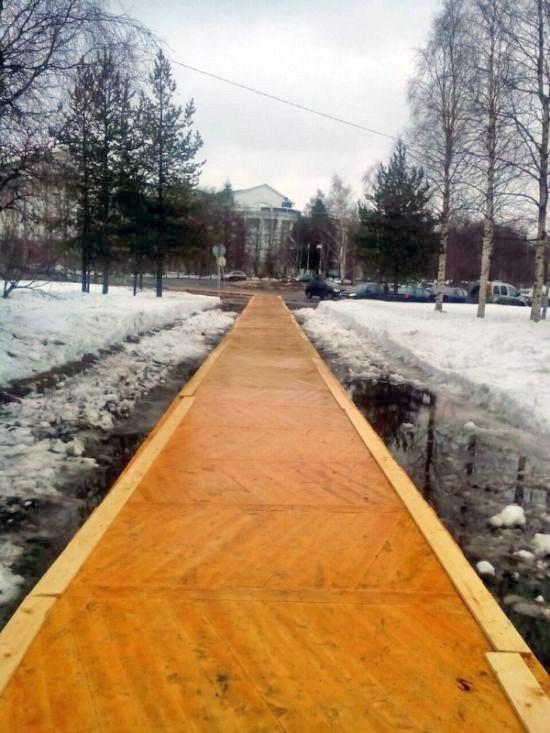 В Архангельске, к форуму с участием Путина, тротуар вместо асфальта покрыли паркетом