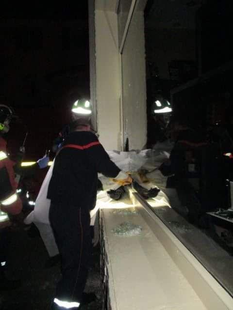 Пьяный грабитель застрял в окне ювелирного магазина
