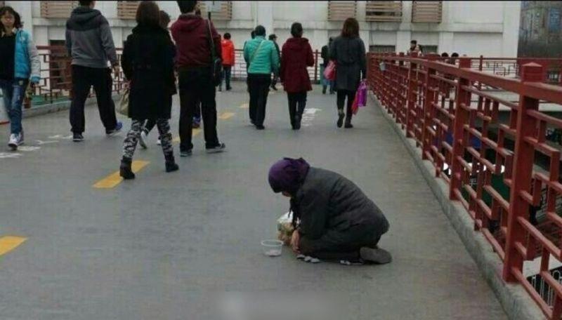 Добрая девушка решила помочь страждущей бабуле пакетом еды