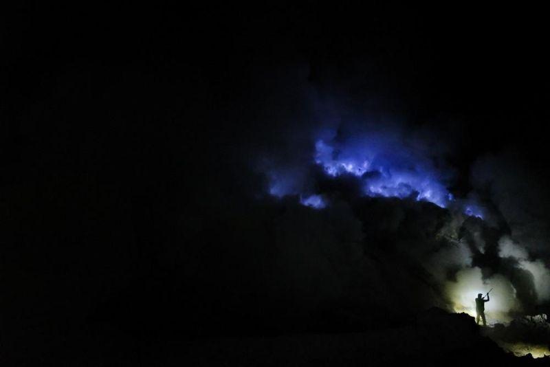 Адский труд: добыча серы из кратера вулкана в Индонезии