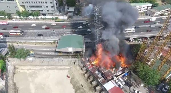 Эпичные кадры пожара, падения опоры ЛЭП и короткого замыкания