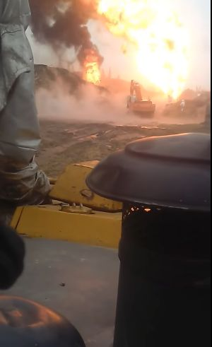А вот так горят нефтяные скважины