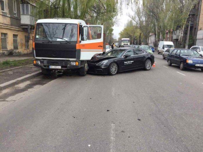 Porshe стоимостью в несколько миллионов разбили во время тест-драйва в Одессе