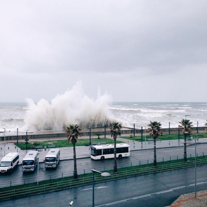 Шторм в Сочи: волны смыли пляж и разбросали камни