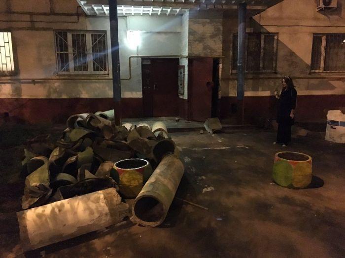В одной из московских многоэтажек неизвестные вандалы выдрали с мясом мусоропровод и выбросили его на улицу