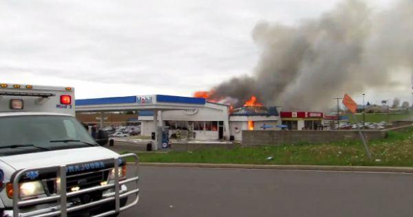 Во время пожара на заправке горящая конструкция упала на пожарного