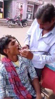 Уличный дантист в Индии