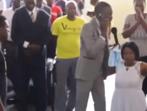Африканский пастор звонит богу по мобильному телефону