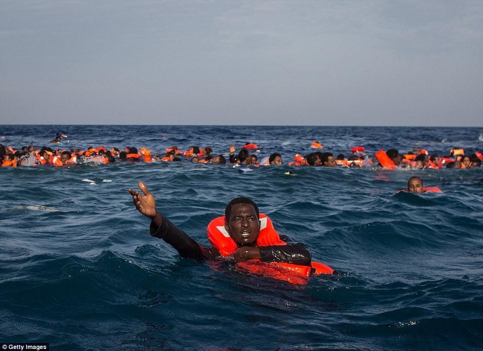 30 беженцев утонуло у берегов Ливии