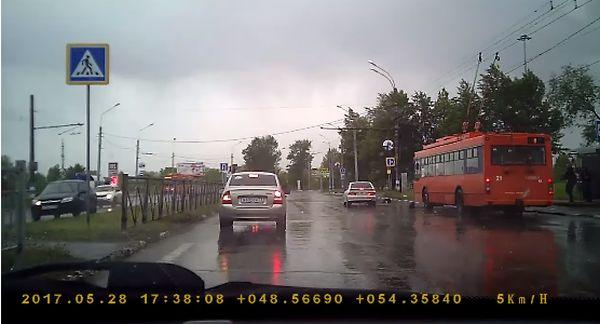 Водитель ВАЗа сбил девушку на пешеходе