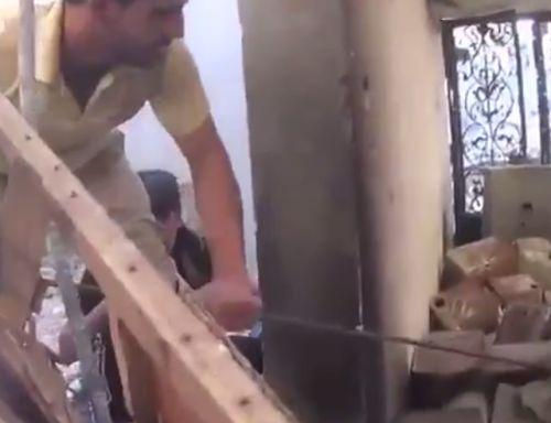 В Сирии группа мужчин зачем-то решила вытащить неразорвавшуюся бомбу из под обломков рухнувшего здания