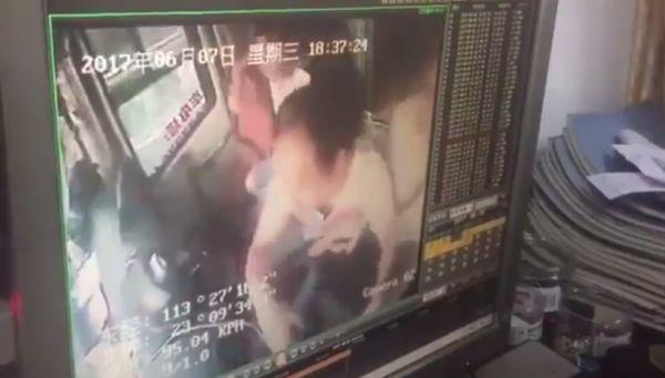 В Китае псих на полной скорости прыгнул на колени водителю туристического автобуса и принялся крутить рулевое колесо