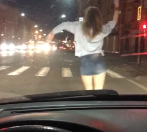 В Смоленске девушка решила станцевать перед авто пока горел красный цвет