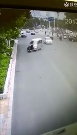 Как и за что зарезали китайского водителя скутера посреди проезжей части