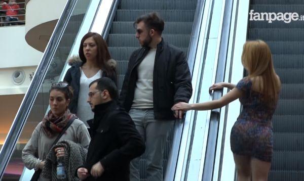 Розыгрыш: заигрывание на эскалаторе