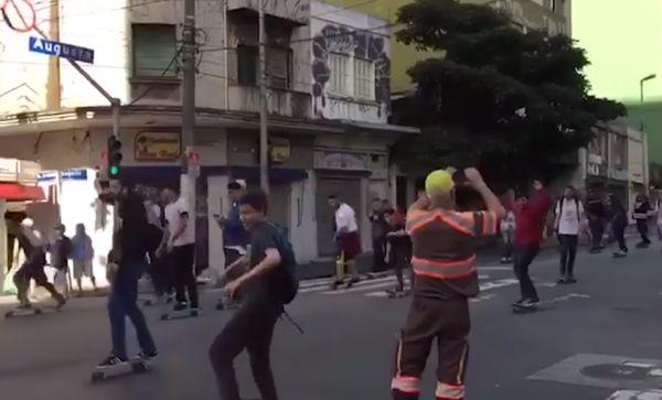 В бразильском Сан-Паулу кроссовер протаранил парад скейтбордистов