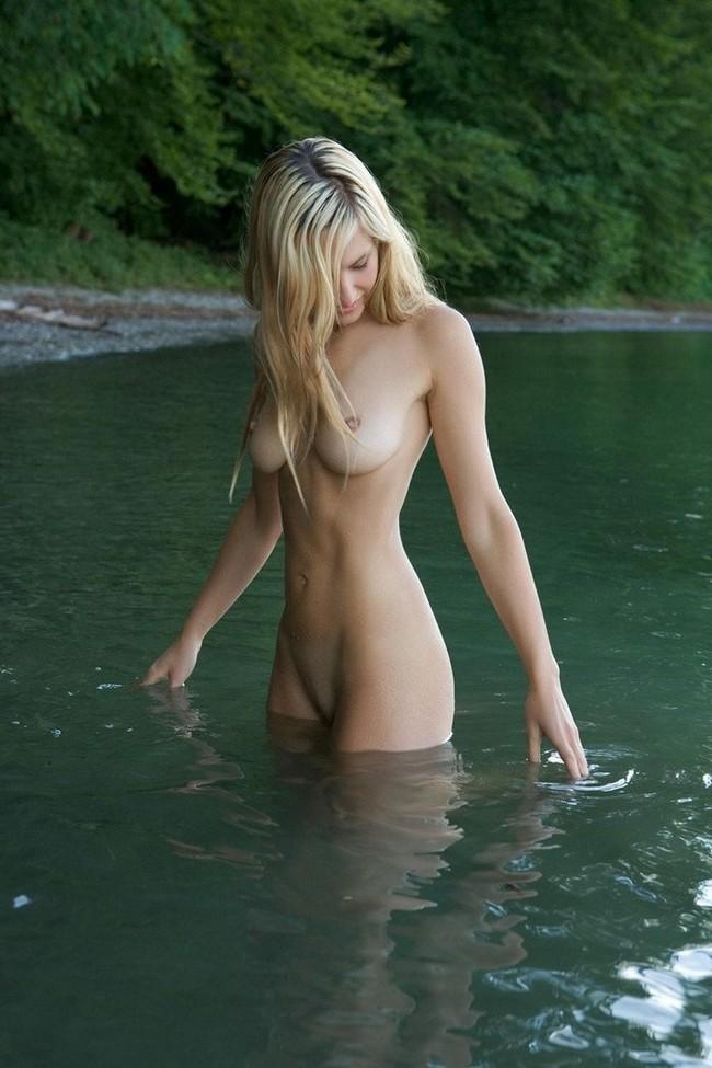 Обнаженные девушки на фоне воды