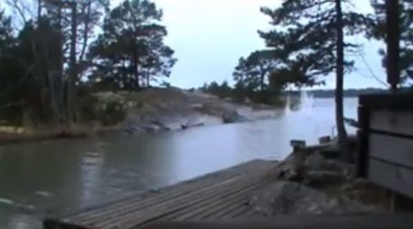 Молния попадает в реку