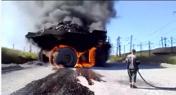 Казахи случайно подожгли свой БелАЗ и не понимают, как его тушить